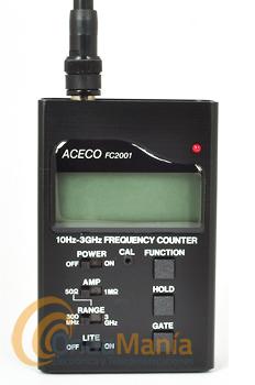 FRECUENCIMETRO ACECO FC-2001 - Frecuencímetro digital con un rango de frecuencia de 10 Hz hasta 3 GHz, incluye display LCD con smeter y 10 dígitos, antena, batería y cargador.