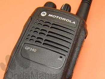MOTOROLA GP-340 - Transceptor portatil profesional con dos versiones una de VHF y otra de UHF incluye batería de Ion-Litio y cargador rápido inteligente.