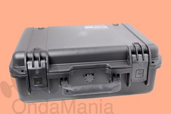 MALETA STORM CASE NEGRA - Gracias a la maleta Storm Case, protegerás todos los articulos electronicos que quieras del agua y golpes. Su cierre fácil le permitirá cerrar y abrir sin ningun tipo de esfuerzo. Gracias a su automático sistema de ajustar el aire, lograrás proteger con garantía absoluta los articulos que mantengas dentro. La espuma interior, incluye el sistema Foam, gracias a este sistema, podrás editar el interior de la maleta a gusto de cada uno.