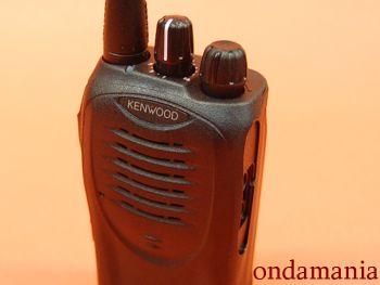 KENWOOD TK-2160E CON BATERIA DE ION-LITIO, CARGADOR RAPIDO INTELIGENTE, PINZA DE CINTURON Y ANTENA - El Kenwood TK-2160E es un portatil profesional de VHF (136 - 174 Mhz) compacto, simple y fiable con características como escáner, VOX, secrafonia y alta resistencia a las inclemencias meteorológicas. El walki incluye: batería KNB-35 con 1950 mAh de Li-ion, antena,cargador rápido inteligente y clip de cinturón.
