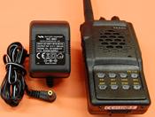 YAESU VX-110 + CARGADOR DE PARED - SUBSTITUIDO POR EL YAESU FT-250. El portátil de VHF Yaesu VX-110 nos ofrece 209 memorias y 5W de potencia de salida; incluye tonos CTCSS y DCS y la batería es de Ni-Mh.
